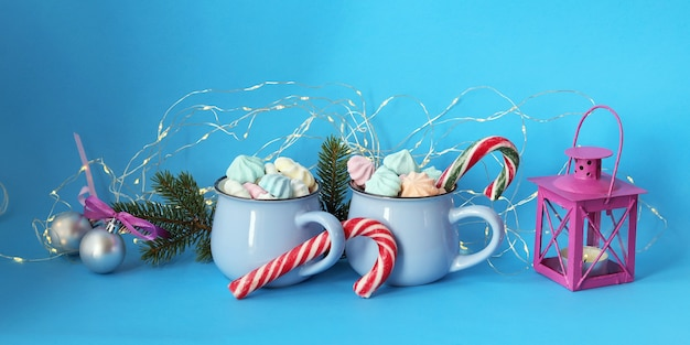 Dekoracje świąteczne kilka filiżanek kawy z bezami i gałązkami świerku karmelowego