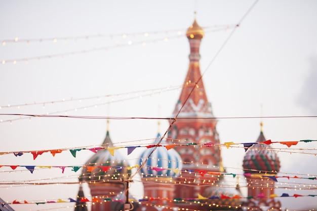 Dekoracje świąteczne na placu czerwonym w moskwie. święta bożego narodzenia i wróżka. nowy rok. zdobione miasto.