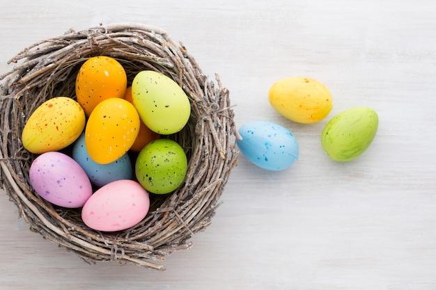 Dekoracje wielkanocne i wiosenne, bazie i jajka.