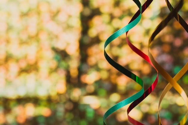 Dekoracje z kolorowymi wstążkami bliska