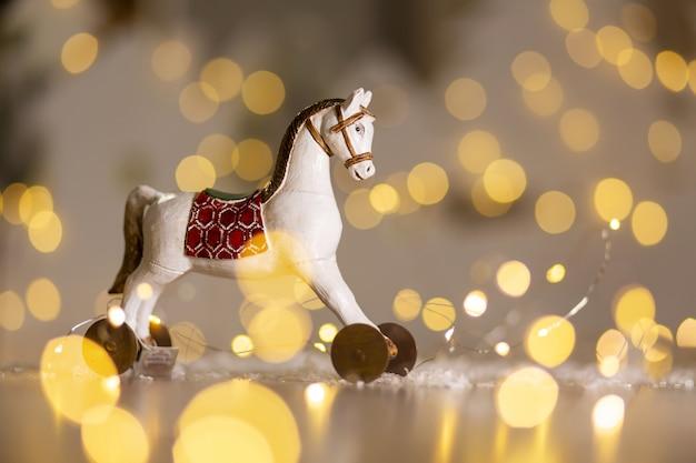 Dekoracyjna figurka konia o tematyce bożonarodzeniowej.