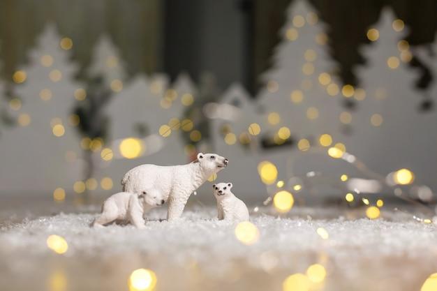 Dekoracyjna figurka o tematyce bożonarodzeniowej, statuetki rodziny niedźwiedzi polarnych.