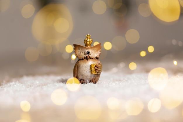 Dekoracyjna figurka zabawkowa sowa ze złotą koroną na głowie,