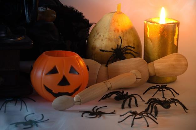 Dekoracyjna martwa natura na halloween z dyniami, pająkami i świecami minimalna dekoracja przestrzeń do kopiowania