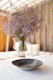 Dekoracyjna oprawa stołu z pięknymi naczyniami i kwiatami