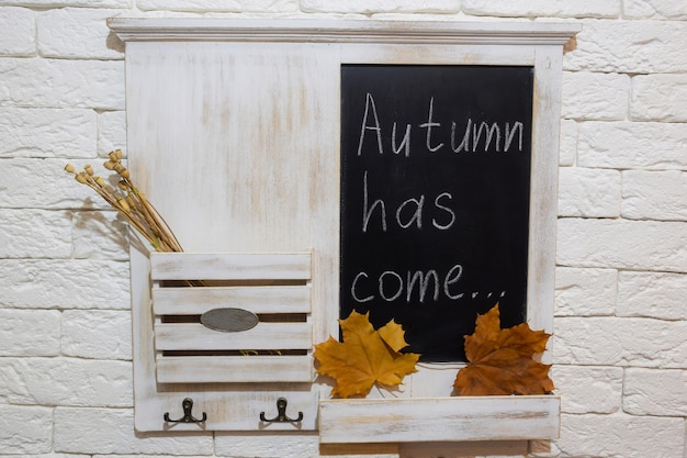 Dekoracyjna półka na ścianie w przedpokoju na pocztę i klucze z napisem autumn has come