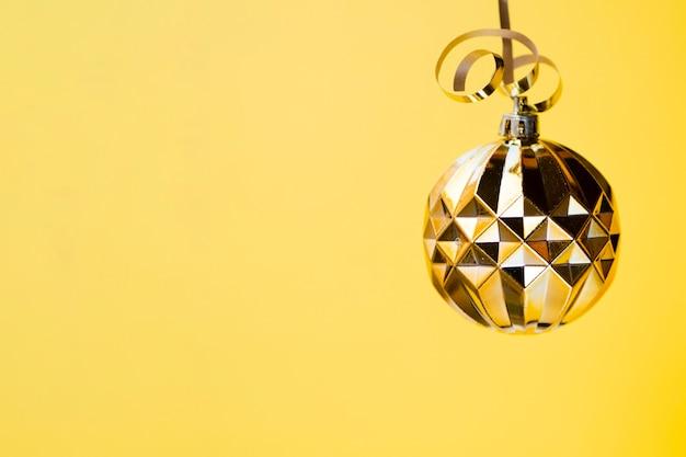 Dekoracyjna złota dyskotekowa piłka z bliska