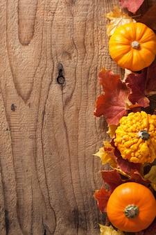 Dekoracyjne banie i jesień liści halloween tło