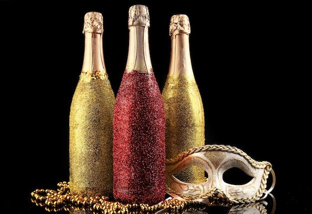 Dekoracyjne butelki szampana na ciemnym tle
