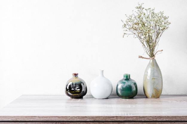 Dekoracyjne ceramiczne wazy na drewnianym stole, rocznika brzmienie
