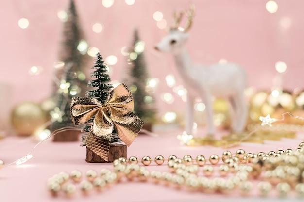 Dekoracyjne choinki udekorowane i prezenty na nowy rok na lampkach golden bokeh