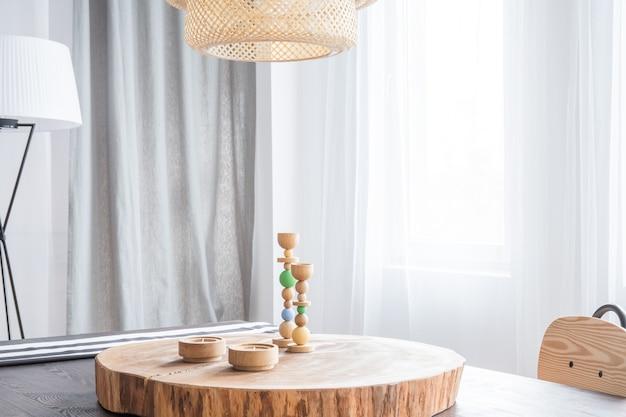 Dekoracyjne drewniane biurko i świecznik