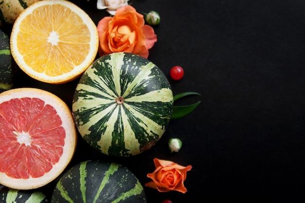 Dekoracyjne dynie, cytrusy i kwiaty