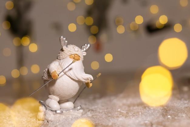 Dekoracyjne figurki bożonarodzeniowe, biała figurka gnoma z białą brodą to jazda na nartach, dekoracja choinki,,