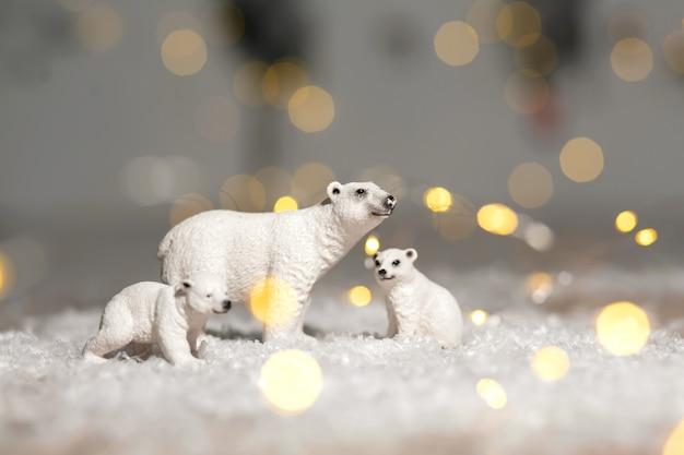 Dekoracyjne figurki o tematyce bożonarodzeniowej. statuetki rodziny niedźwiedzi polarnych.