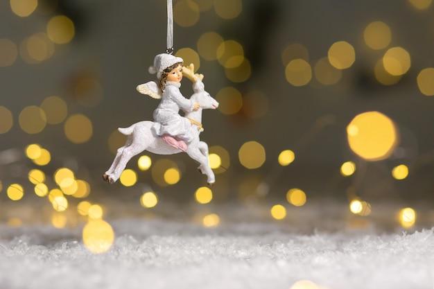 Dekoracyjne figurki o tematyce bożonarodzeniowej.