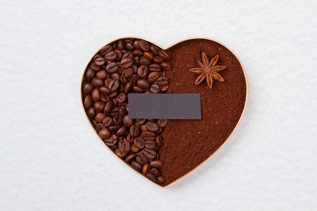 Dekoracyjne kawowe serce podzielone na dwie części. pusty ciemny papier na lato. na białym tle na białej powierzchni