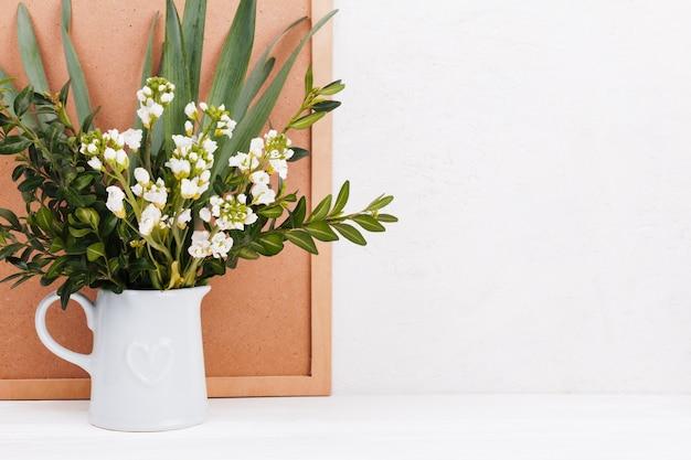 Dekoracyjne kwiaty w wazonie