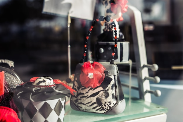 Dekoracyjne małe ładne torebki damskie na rynku