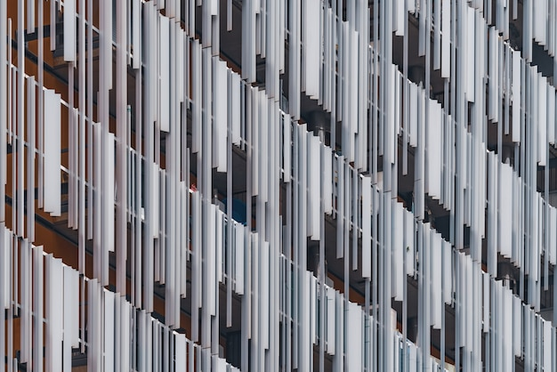 Dekoracyjne metalowe elementy elewacji nowoczesnego budynku mieszkalnego