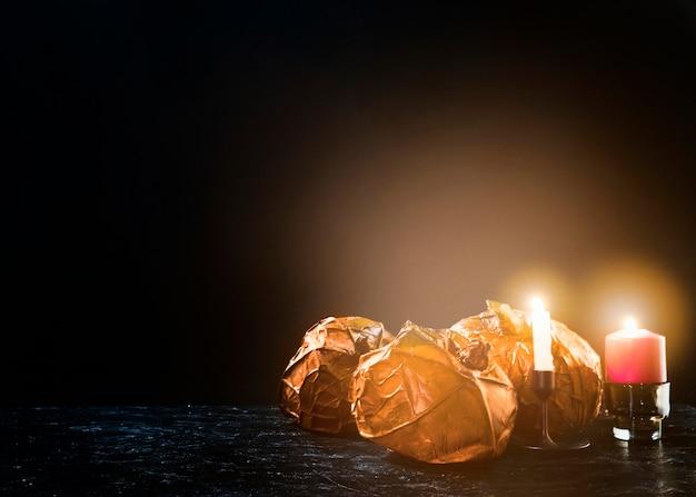 Dekoracyjne pomarańczowe banie kłama na stronie blisko płonących świeczek