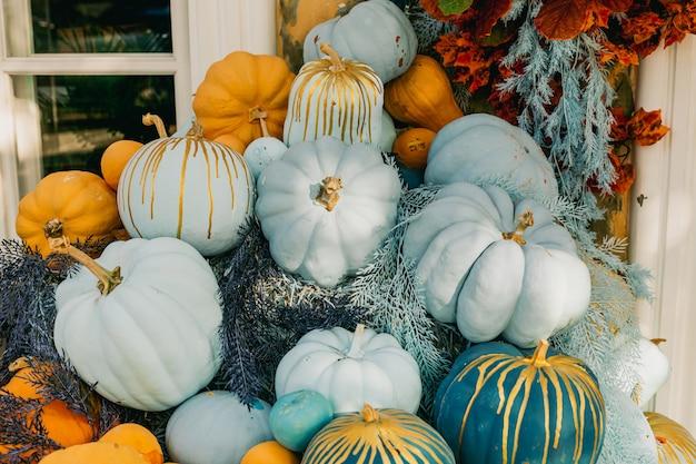 Dekoracyjne pomarańczowe i niebieskie dynie na zewnątrz kwiaty i wystrój halloween na zewnątrz