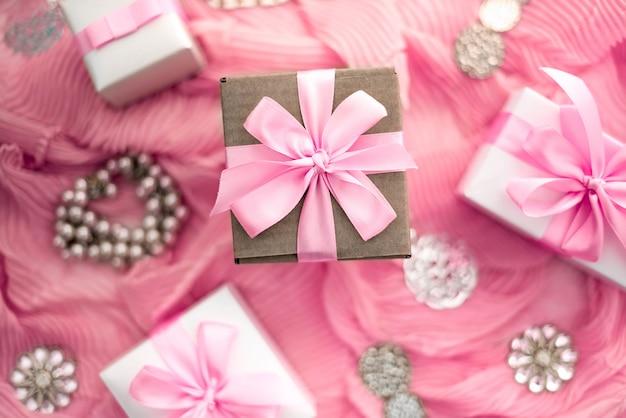 Dekoracyjne przygotowanie kompozycji do dekoracji świątecznych prezentów.