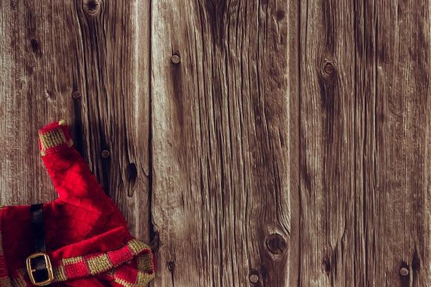 Dekoracyjne świąteczne ubrania elfa na drewnianym tle. skopiuj miejsce. selektywne skupienie.
