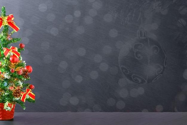 Dekoracyjne tło boże narodzenie lub nowy rok czarna tablica oprawione w ozdoby choinkowe