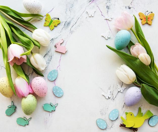 Dekoracyjny bukiet pisanek i tulipanów