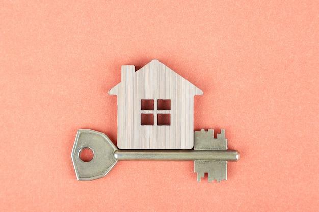 Dekoracyjny drewniany symbol dom z kluczem