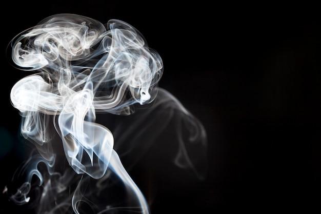 Dekoracyjny dymu na czarnym tle