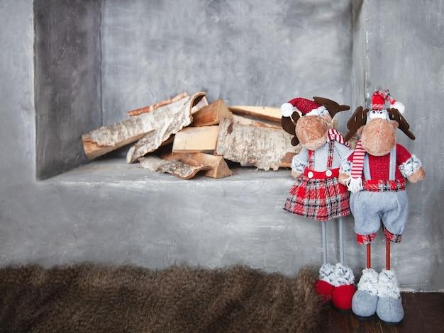 Dekoracyjny kominek na drewno z dekoracją świąteczną, selektywne skupienie.