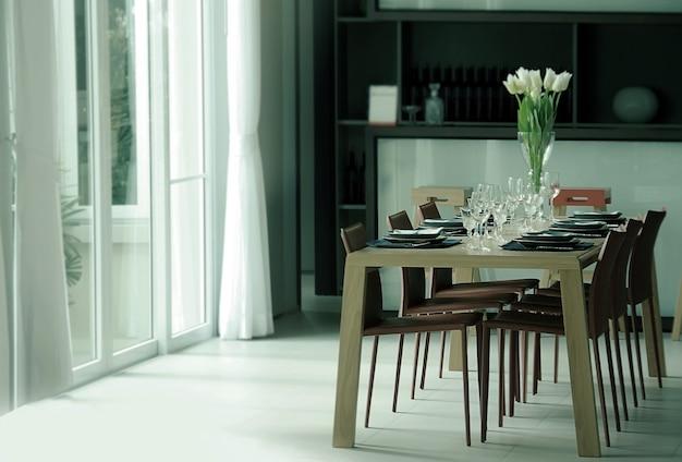 Dekoracyjny stół obiadowy ze szkłem, świecznikiem i kwiatkiem