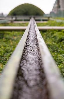 Dekoracyjny system nawadniania trawników typu rynnowego.