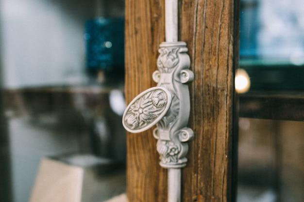 Dekoracyjny uchwyt na drewnianych drzwiach