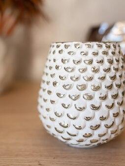 Dekoracyjny wazon ceramiczny. stylowy wystrój domu. sukulenty i kaktusy w doniczce