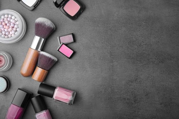 Dekoracyjny zestaw kosmetyków na kolorowym tle