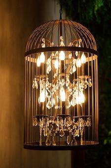 Dekoracyjny żyrandol w kształcie klatki. dekorowanie wnętrza. zdjęcie wysokiej jakości