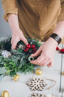 Dekorator kwiaciarni co wieniec świąteczny