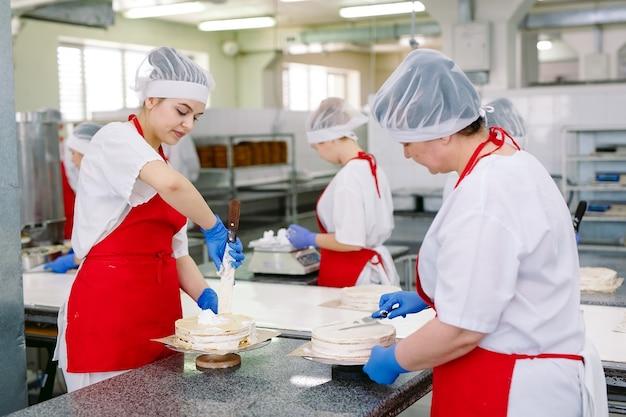 Dekorowanie ciast na przenośniku fabryki cukierniczej
