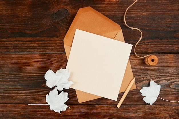 Dekoruj jesienną kompozycję kopertą i ołówkiem kraft