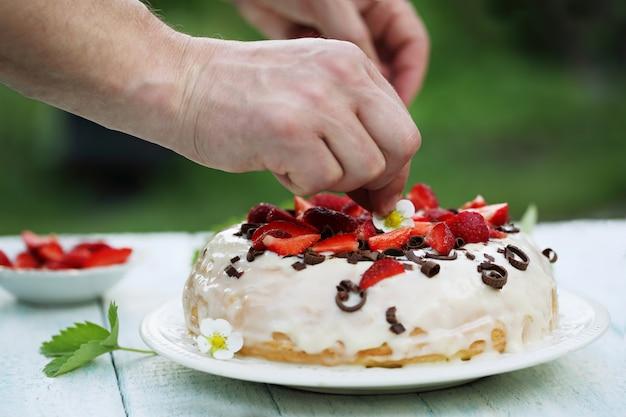 Dekoruje ciasto