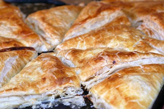 Delicious samsa to uzbeckie jedzenie składające się z łuszczących się ciastek