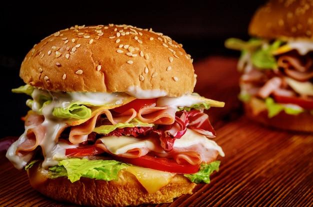 Delikatesowe kanapki z mięsem i serem z warzywami