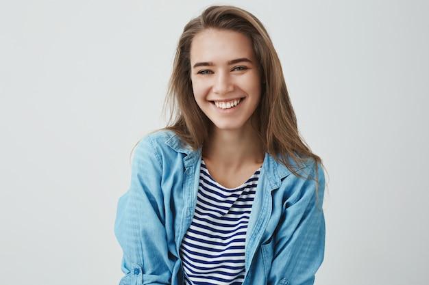 Delikatna, beztroska, przyjazna, nowoczesna, przepiękna europejska kobieta uśmiechnięta zadowolona beztroska