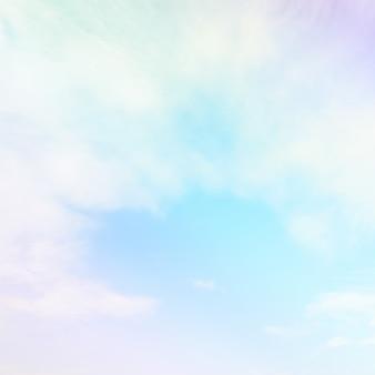 Delikatna chmura i niebo z pastelowym gradientowym kolorem