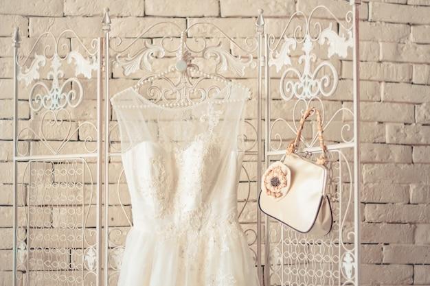 Delikatna kompozycja sukien ślubnych i akcesoriów