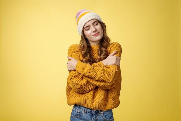 Delikatna zmysłowa urocza młoda dziewczyna marzące zamknięte oczy zalotna uśmiechnięta przechylająca się głowa obejmująca się przywołująca miłe romantyczne wspomnienia chcę trzymać chłopaka mocno, przytulając żółte tło