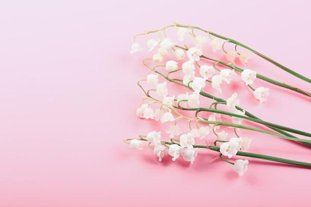 Delikatne konwalie na różowym tle